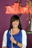 Junge Frau während des Snookerspiels. Stockfotos