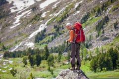 Junge Frau wandert in den Hochländern von Altai-Bergen, Russland Stockfotos