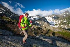 Junge Frau wandert in den Hochländern von Altai-Bergen, Russland Stockbilder