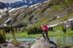Junge Frau wandert in den Hochländern von Altai-Bergen, Russland Lizenzfreie Stockbilder
