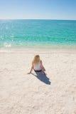 Junge Frau am weißen Strandparadies Australien Stockfoto