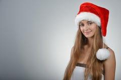 Junge Frau in Weihnachtsmann Lizenzfreie Stockbilder
