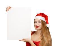Junge Frau in Weihnachtsmann-Hut mit Weihnachtskarte Stockfotos