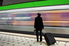 Junge Frau, welche auf die U-Bahn wartet Stockfotos