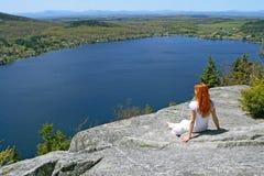 Junge Frau, welche die Ansicht über See genießt Lizenzfreie Stockbilder