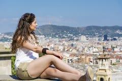 Junge Frau, welche die Ansicht in Barcelona, Spanien genießt stockfotos