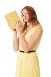 Junge Frau, welche die Geschenkbox rüttelt Stockfotografie