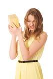 Junge Frau, welche die Geschenkbox rüttelt Lizenzfreie Stockbilder