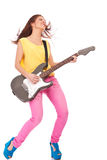 Junge Frau, welche die Gitarre spielt stockbilder