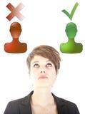 Junge Frau, welche die gute oder schlechte Wahl lokalisiert trifft Lizenzfreie Stockfotos