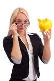 Junge Frau, die piggy Bank aufpasst Stockbild