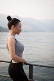 Junge Frau, welche die schöne Ansicht betrachtet Lizenzfreie Stockbilder