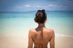 Junge Frau, welche die Seeansicht bewundert Stockfoto