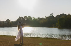 Junge Frau, welche die Violine auf Naturhintergrund spielt Stockfotos