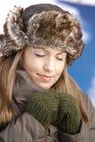 Junge Frau, welche die Wintersonnenaugen geschlossen genießt Lizenzfreies Stockbild