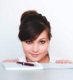Junge Frau, werfend auf einem weißen Hintergrund auf Lizenzfreies Stockbild