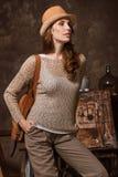 Junge Frau wirft im Studio des Künstlers auf Lizenzfreies Stockfoto