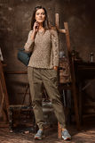 Junge Frau wirft im Studio des Künstlers auf Stockfoto