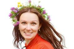 Junge Frau Wreath von den Blumen auf einem Kopf Lizenzfreie Stockfotos
