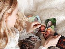 Junge Frau, zerreißendes Foto Stockbild