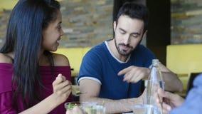 Junge Frau zieht dem Mann Salat ein stock video footage