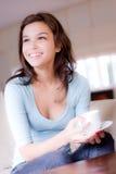 Junge Frau zu Hause Stockbilder