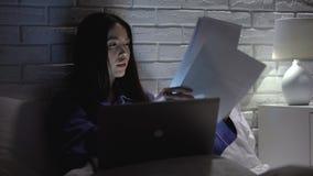 Junge Frau zu Hause arbeitend über die Zeit hinaus spät, um Berichtstermin, Workaholic einzuhalten stock video footage