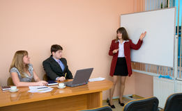 Junge Frau, zum bei einer Sitzung zu sprechen Stockfotografie