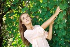 Junge Frau, zum im Garten aufzuwerfen Lizenzfreie Stockbilder