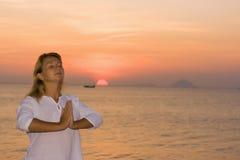 Junge Frau zur Sonnenaufgangzeit Stockfotografie