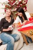 Junge Frau zwei, die Weihnachtsgeschenk einwickelt Stockbilder