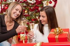 Junge Frau zwei mit Champagner und Weihnachtsbaum Lizenzfreie Stockbilder