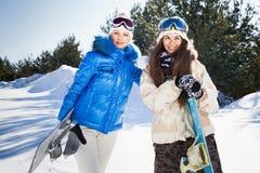 Junge Frau zwei mit Snowboards Lizenzfreies Stockfoto