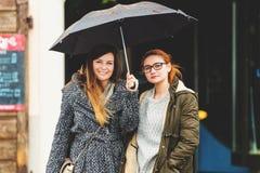 Junge Frau zwei unter dem Regen Stockfoto