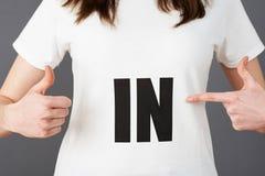 Junge Frauen-Anhänger-tragendes T-Shirt gedruckt mit IN Slogan lizenzfreie stockbilder