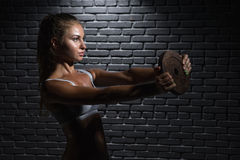 Junge Frauen-anhebende Gewichte Lizenzfreies Stockbild