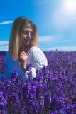 Junge Frauen auf dem Lavendelgebiet stockbilder