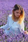 Junge Frauen auf dem Lavendelgebiet stockbild