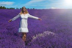 Junge Frauen auf dem Lavendelgebiet stockfotos