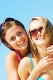 Junge Frauen auf dem Sommerstrand stockfoto
