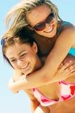 Junge Frauen auf dem Sommerstrand lizenzfreie stockfotos