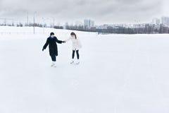 Junge Frauen auf Eisbahn stockfotos