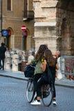 Junge Frauen auf Fahrrad lizenzfreies stockfoto