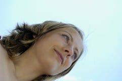 Junge Frauen auf Himmelhintergrund Stockbild