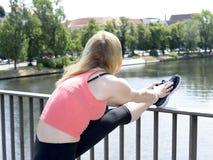 Junge Frauen-Ausdehnen Lizenzfreie Stockfotografie
