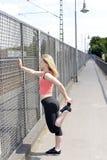 Junge Frauen-Ausdehnen Stockfotografie