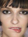 Junge Frauen-beißende Lippe Lizenzfreie Stockfotografie