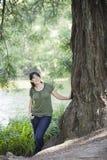 Junge Frauen-bereitstehender Baum stockfotografie