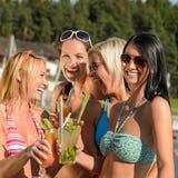 Junge Frauen im Bikini partying mit Cocktails Lizenzfreies Stockfoto
