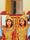 Junge Frauen in den traditionellen Kostümen teilnehmend an Hochzeit cerem Stockbild
